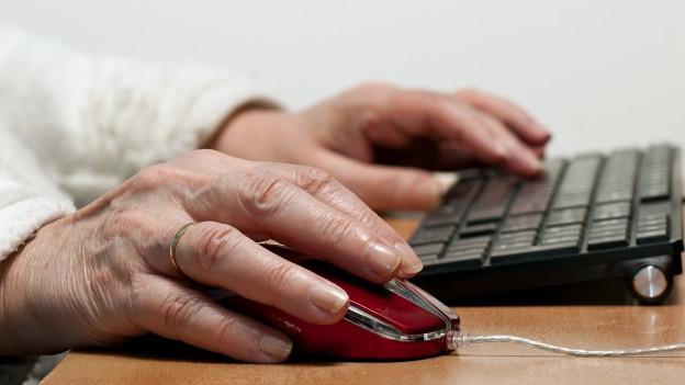 Silver Surfer: Eine gealterte Hand auf der Tastatur.