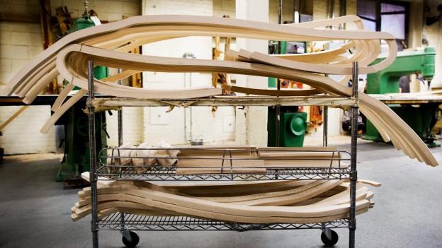 Bestandteile eines Steinwayflügels auf einem Rollwagen.