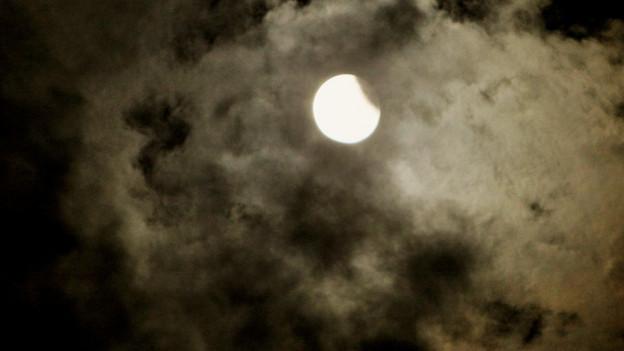 Mond hinter Wolken in der Nacht.
