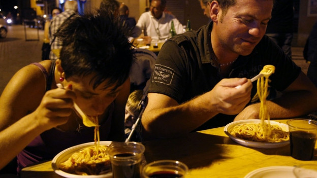 Ein Paar isst Spaghetti.