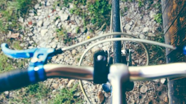 Aufsicht auf einen Fahrradlenker mit Bremskabeln.