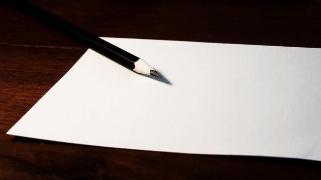 Ein leeres Blatt und ein Bleistift.