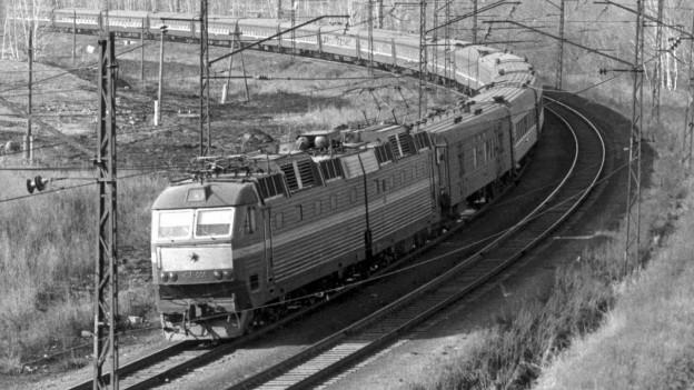 Schwarzweissfoto: die transsibirische Eisenbahn.