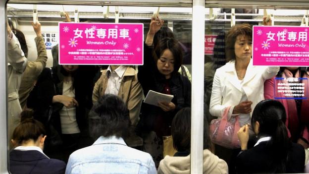 Angestellte in der vollen U-Bahn.