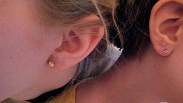 Bild von den Ohren zwei junger Mädchen.