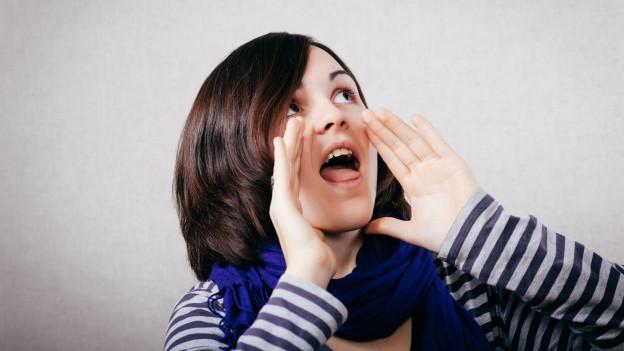 Ein Bild einer Person, die schreit.