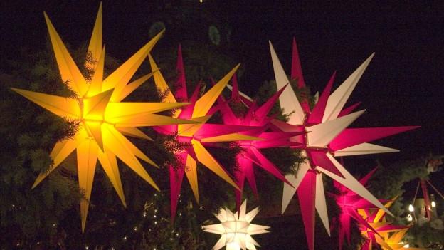 Herrnhuter Sterne in verschiedenen Farben.