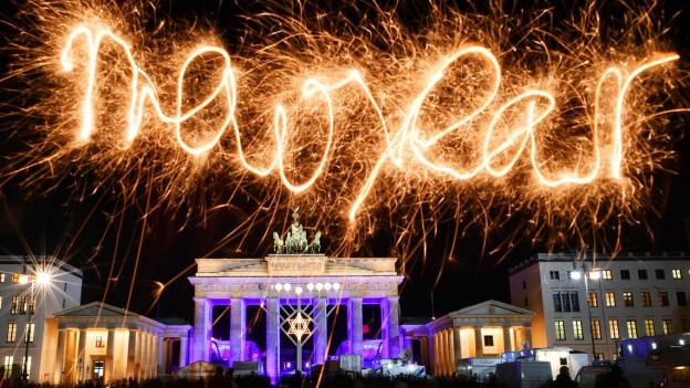 «Happy New Year» steht über dem Brandenburger Tor.