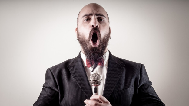 Singender Mann mit Mikrofon