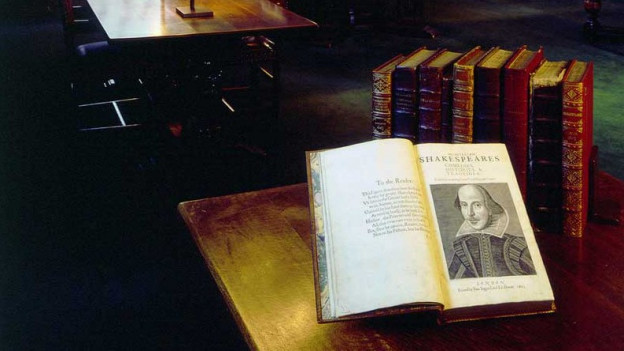 Altes, grosses Buch auf einem Tisch in einer Bibliothek.