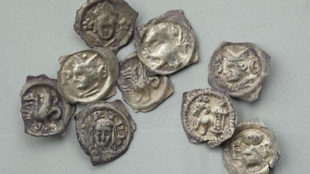 Silbrige Münzen.