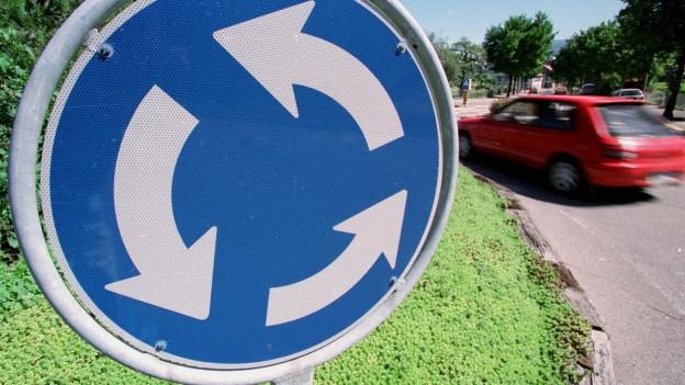 Ein Schild eines Kreisverkehrs.