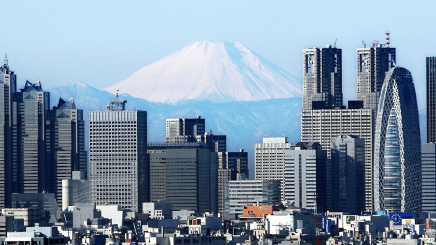Der Mount Fuji hinter der Skyline von Tokio.