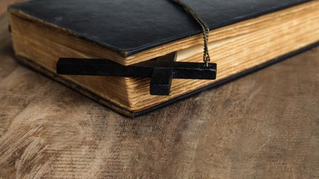Buch und Kruzifix