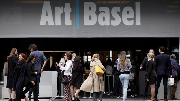 Besucher vor dem Eingang der Art Basel