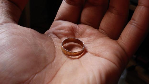 Ein Ring auf einer Hand.