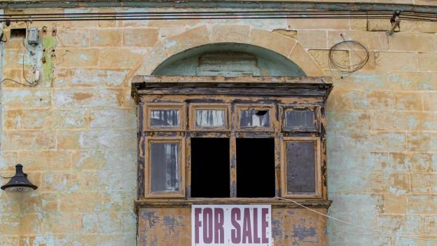 Ein verlassenes und baufälliges Wohnhaus steht zum Verkauf