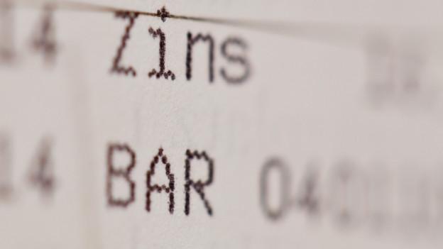 Die Einträge «Zins» und «Bar» in einem Sparbuch