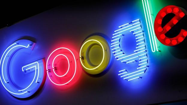 Der Firmenname in bunt leuchtenden Buchstaben an einer Fassade