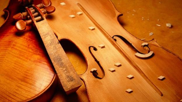 Bauteile einer Violine in Restauration