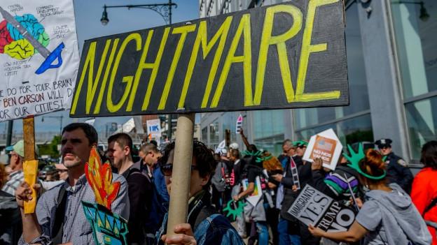 Ein Schild auf einer Kundgebung mit der Aufschrift «Nightmare», zu Deutsch Albtraum