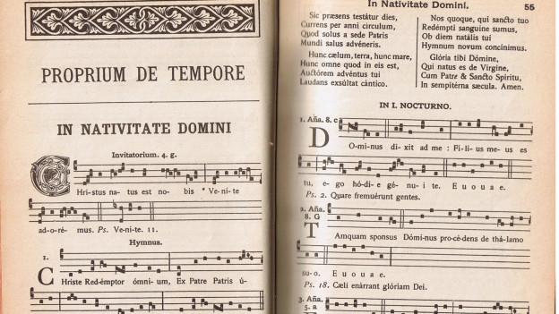 Gregorianische Gesänge, auf der rechten Seite die Antiphone