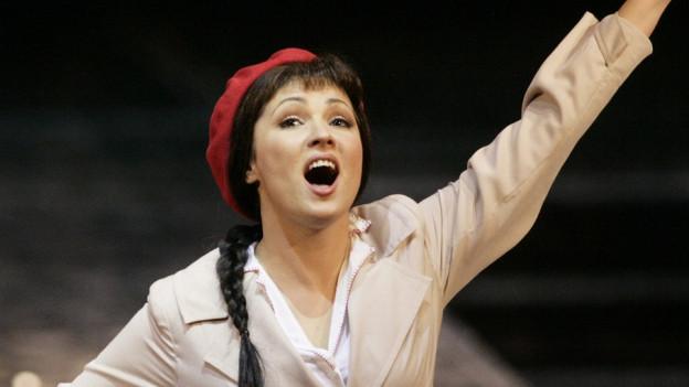 Eine Frau singt auf der Bühne.
