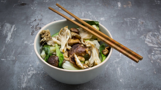 Ein asiatisches Pilzgericht mit Essstäbchen