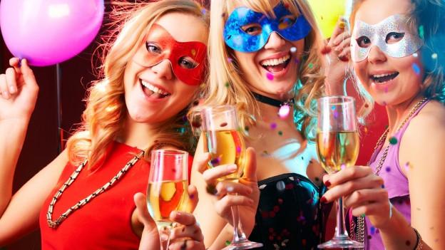 Drei junge Frauen machen Party.