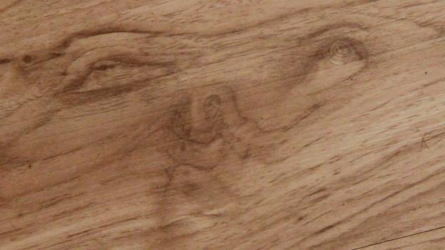 """Ein """"Gesicht"""" in einem Holzbrett"""