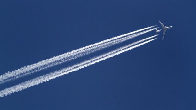 Kondensstreifen eines Flugzeugs am blauen Himmel