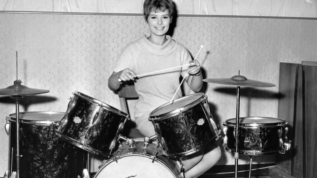 Eine Frau am Schlagzeug.