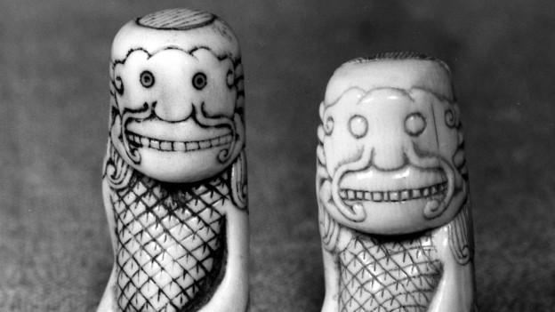 Zwei Netsuke-Skulpturen aus Elfenbein.