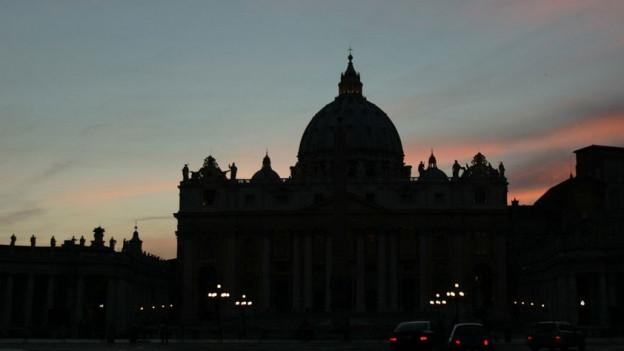Der Petersdom beim Eindunkeln