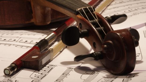 Eine Geige auf einem Notenblatt