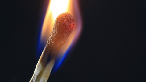 Ein brennendes Zündholz in Nahaufnahme