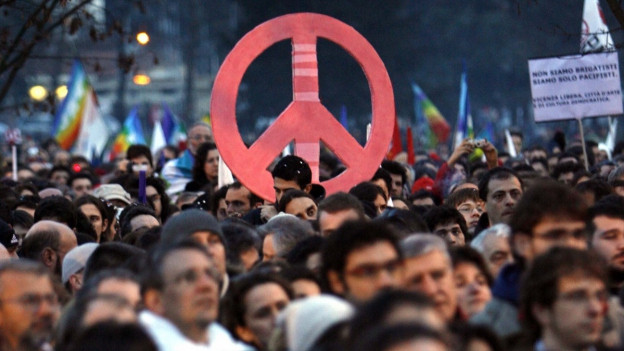 Demonstranten halten ein Friedenszeichen