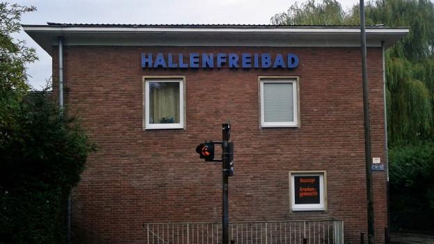 Ein Backsteinhaus mit der Aufschrift Hallenfreibad.