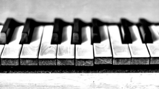 Eine Klavierttastatur (Schwarz-Weiss-Foto).