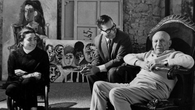 Pablo Picasso mit seiner Frau Jacqueline und Franz Meyer, Direktor des Basler Kunstmuseums