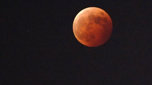 Wenn der Mond kein direktes Sonnenlicht mehr erhält, verfärbt er sich rot.