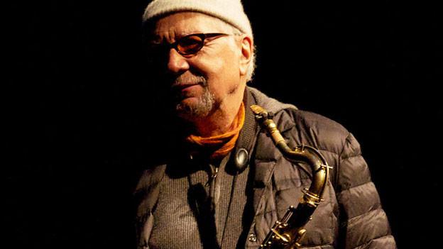 Porträtfoto von Charles Lloyd mit Saxofon.