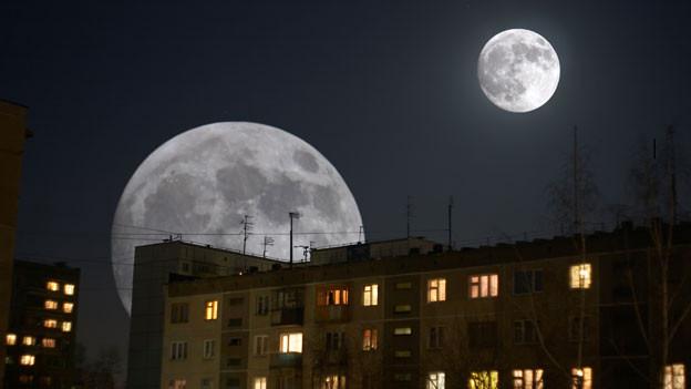 Ein Haus bei Nacht. Im Himmel sind zwei Monde zu sehen.