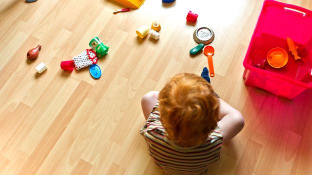 Spielzeug liegt unordentlich auf dem Boden.