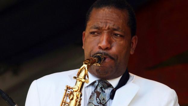 Donald Harrison spielt Saxofon.