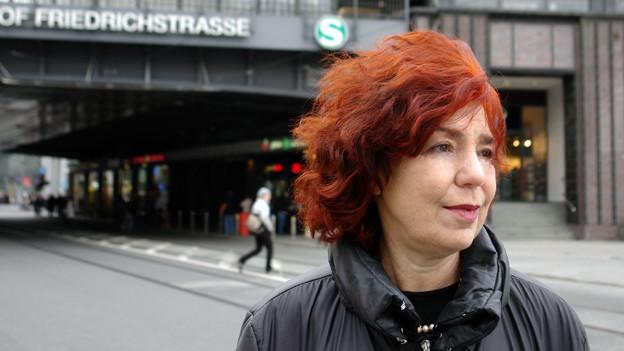 Ort des Aufbruchs und der Ankunft: Irina Liebmann am Bahnhof Friedrichstrasse in Berlin.