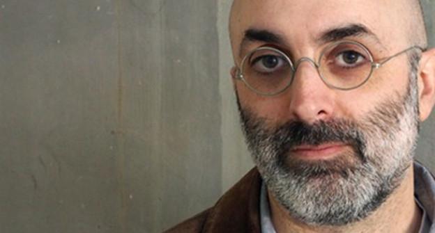 Mann mit Bart und Brille.
