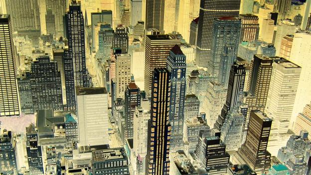 Fotonegativ einer Luftaufnahme von Wolkenkratzern und Strassenschluchten, die von oben aufgenommen sind.