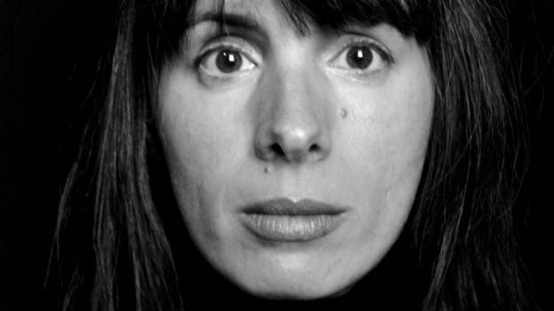 Schwarz-weiss Porträt von Julie Mazzieri.