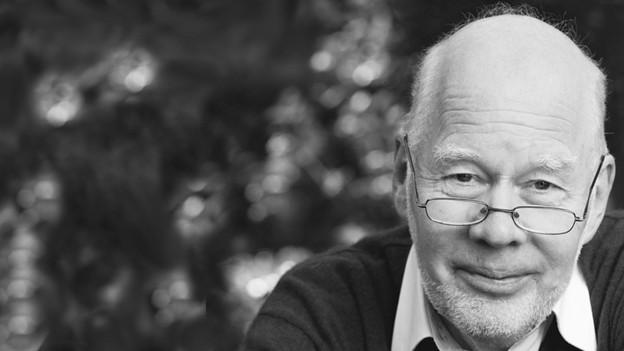 Autor Lukas Hartmann auf einem schwarz-weiss Porträt.